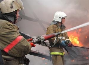 Под Шахтами в Каменоломнях 10 пожарных и три машины тушили большой пожар