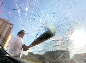Ради магнитолы и двух зеркал 40-летний шахтинец разнес «Форд»