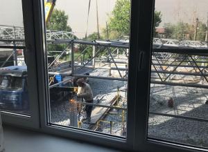 Окна жителей домов в переулке Донской в Шахтах скоро закроют стены склада