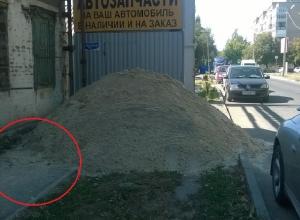 По проезжей части вынуждены идти шахтинцы в переулке Донском