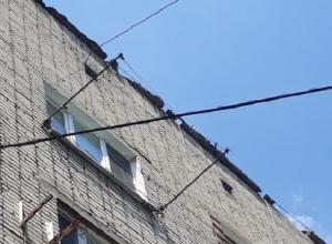 Несколько машин пострадали от упавшего бетона с крыши общежития на ХБК в Шахтах