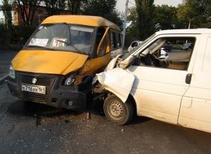 В аварии «Газели» и «Фольксвагена» в Шахтах пострадали женщина и двое детей