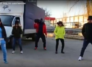 Плохие дороги высмеяли шахтинцы в клипе-пародии на песню «Между нами тает лед»