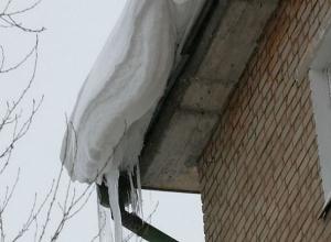 Снежная «лавина» с крыши многоэтажки накрыла молодую шахтинку с маленьким ребенком