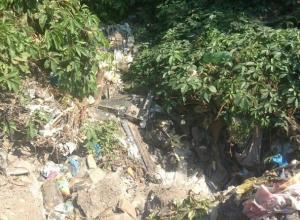 Река из мусора появилась в переулке Автомобильном в Шахтах