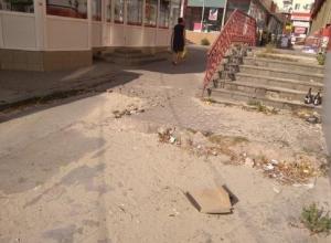 Разбитые тротуары, мусор и нелегальная торговля  – таким увидел центр города житель Шахт