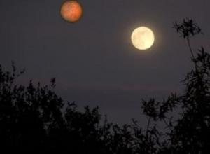 Впервые за почти 200 лет в небе над Шахтами видны две «луны»