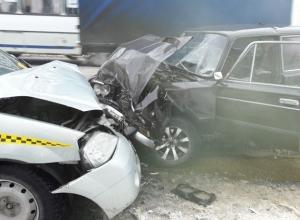 В лобовом столкновении «шестёрки» и такси на «дороге смерти» в Шахтах пострадала женщина