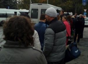 «Автобусов не хватает, бедные студенты едут на головах друг у друга», - возмущены шахтинцы работой автовокзала