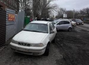 На улице Ионова в Шахтах школьника приходиться лавировать между машинами