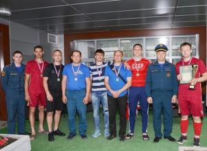 Шахтинские пожарные в соревнованиях по мини-футболу завоевали «бронзу»