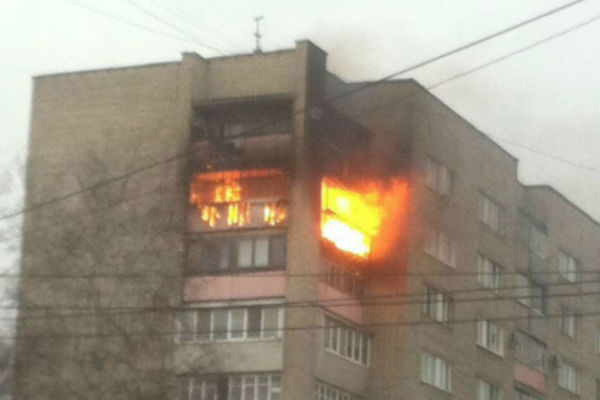 Изгорящей многоэтажки вцентре города Шахты эвакуировали 20 человек