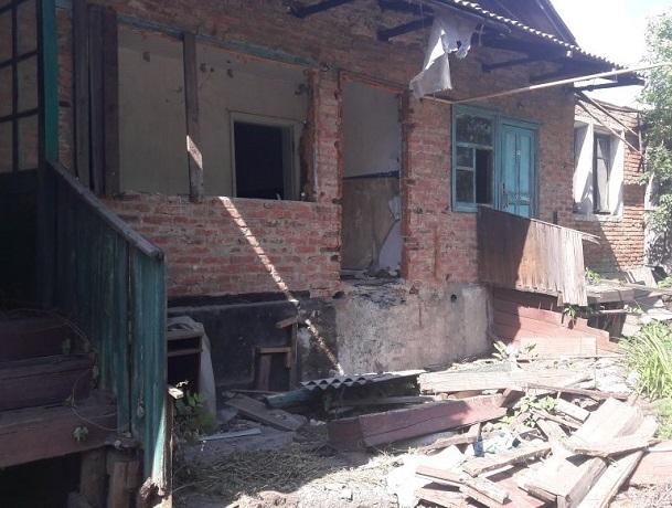 Сгоревший барак на улице Думенко в Шахтах превращается в свалку и пристанище наркоманов