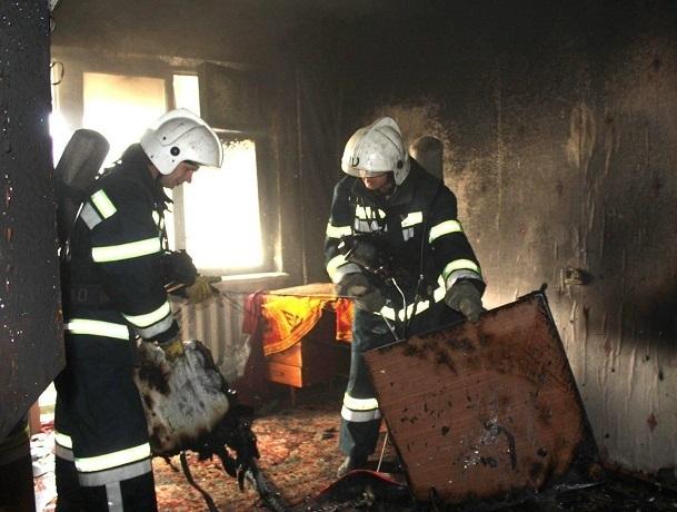 При пожаре в пятиэтажном доме в Шахтах погибла женщина