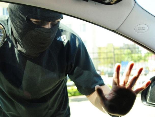 Среди дня в центре Шахт из машины украли аккумулятор
