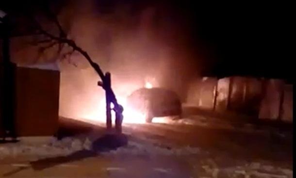 Полыхающий ярким пламенем автомобиль сняли на видео жители посёлка ХБК в Шахтах