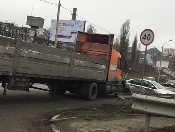 Skoda влетела под длинномер Volvo на дороге «Центр – посёлок Артём»