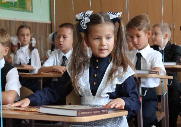 В Шахтах бесплатно раздавали школьную форму