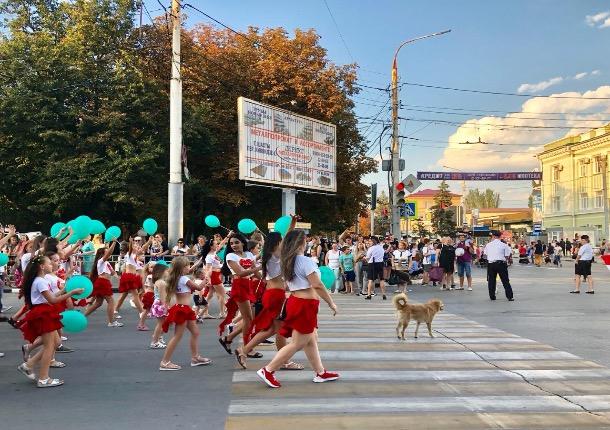 «Каждый год мысобираемся на Советской и идем одной и той же дорогой - вперед»: шахтинцы прошагали по главной улице в День города