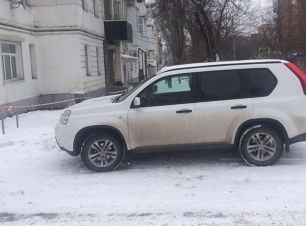 Парковка дорогой иномарки на улице Ленина в Шахтах помешала молодой матери с коляской