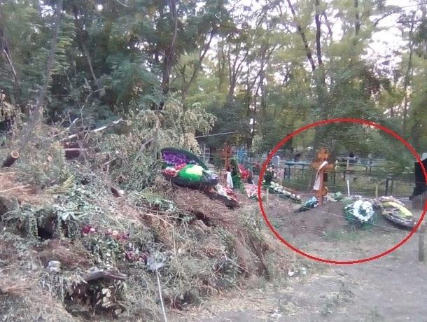 «Душа болит за такое отношение» - возмущена шахтинка мусорником на кладбище