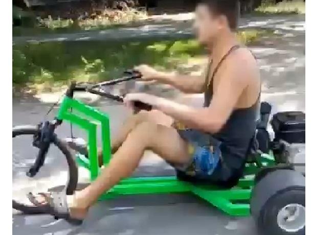 Маленький трехколесный аппарат с мотором лихо рассекал по дорогам Шахт