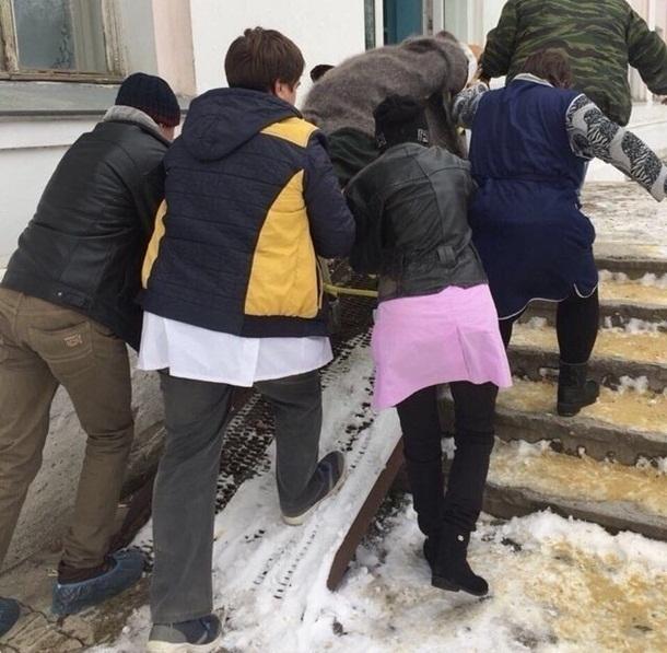 Засыпанные снегом пандусы в шахтинской больнице делают из доставки пациента «аттракцион»