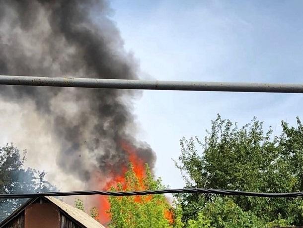 На улице 2-я Конечная в Шахтах горят сразу несколько домов