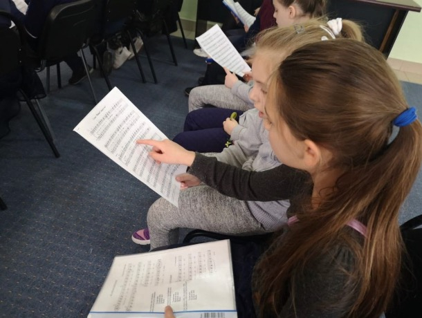Дети-ангелы: маленьких шахтинцев учат церковному пению