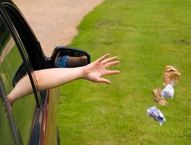 На трассе под Шахтами женщина, увидев полицейских, выкинула наркотики в окно автомобиля