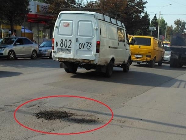 Простой землей засыпали дыры в асфальте на проспекте Победы Революции в Шахтах