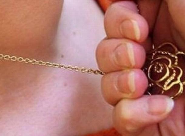 ВНовочеркасске преступник  сорвал сженщины золотую цепочку наулице