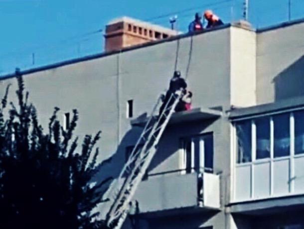 В Шахтах спасли мужчину, который спал на козырьке балкона