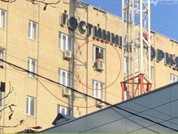 «Сидела, свесив ноги с кондиционера на 9-м этаже и плакала»: шахтинка решила свести счеты с жизнью