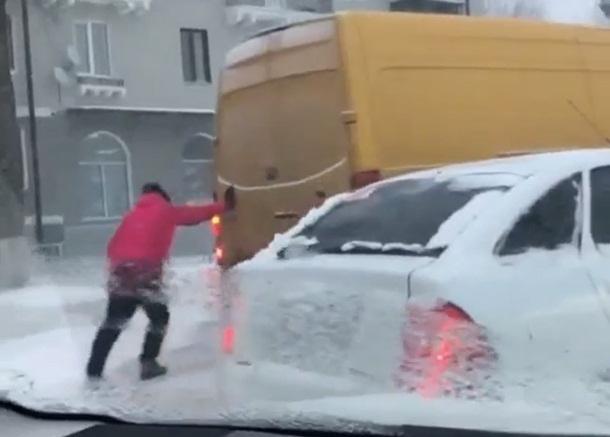 Хрупкая женщина, толкающая застрявший в снегу грузовой автомобиль, вдохновила шахтинку