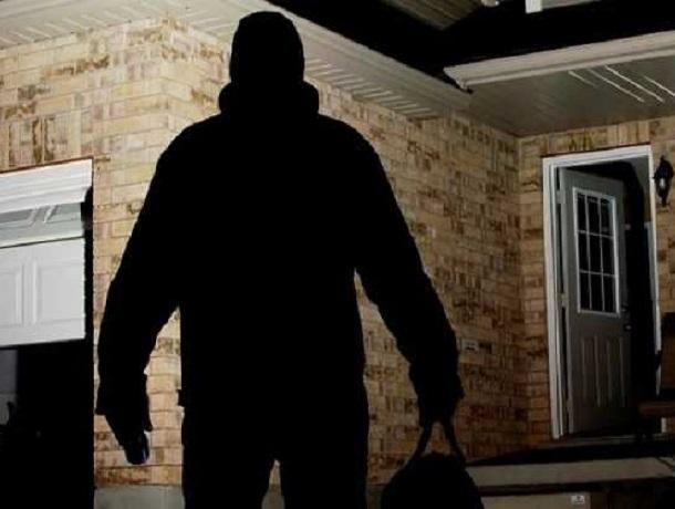 В Шахтах осудил организатора банды, укравшей валюту, украшения и автомобиль