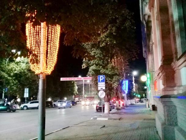 На шахтинских улицах появилась праздничная иллюминация