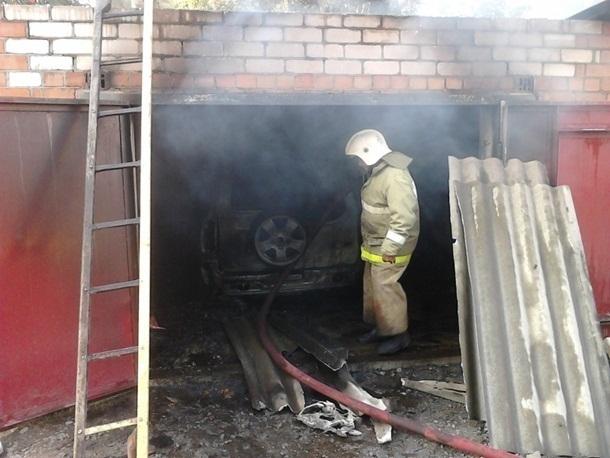 В Шахтах сгорел гараж с «Нивой» внутри