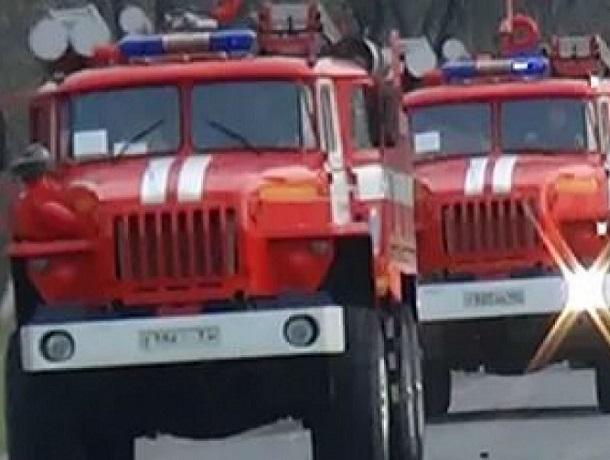 Массовый пожар на площади 250 кв. метров произошел днем под Шахтами