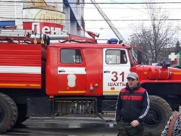 Пожарные машины и  реанимобиль около торгового центра привлекли внимание жителей Шахт