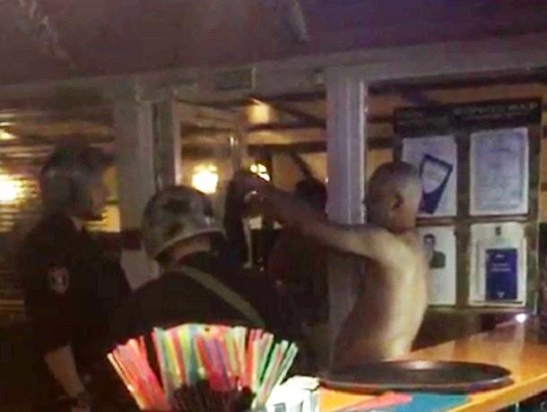 Голого посетителя из кафе в Шахтах выпроваживала полиция