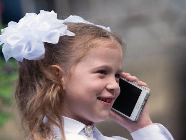 «Растет поколение айфонутых»: возможно, шахтинских школьников оставят без мобильников