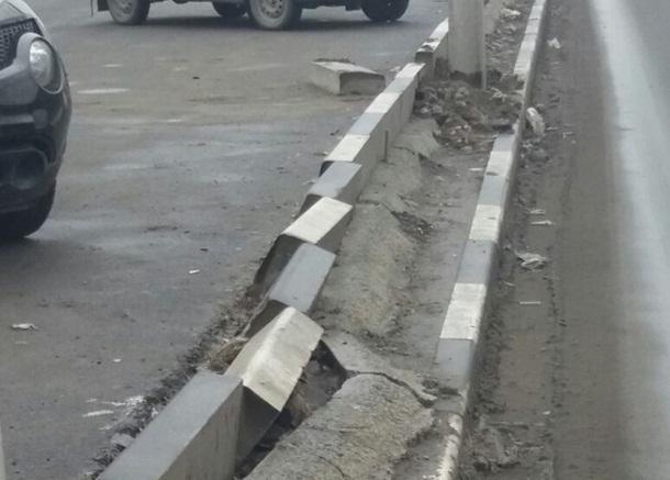 Повредили новые бордюры, устанавливая столбы на проспекте Чернокозова в Шахтах