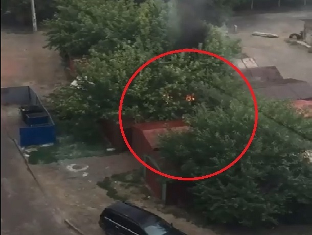 В поселке ХБК в Шахтах горели гаражи