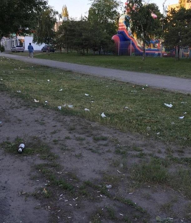 Детские площадка около ларьков на ХБК в Шахтах засыпаны мусором