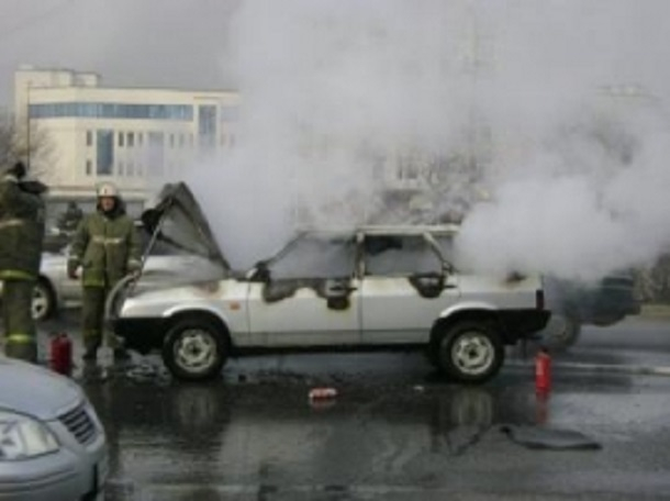 Под Шахтами среди дня полностью сгорел ВАЗ