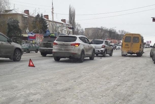 В Шахтах из-за гололёда бьются машины, при этом улицы забрасывают песком с грузовика