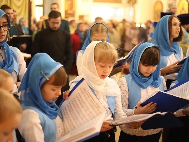 «Богородица присмотрит за ребенком»: православные шахтинцы отмечают день Казанской защитницы