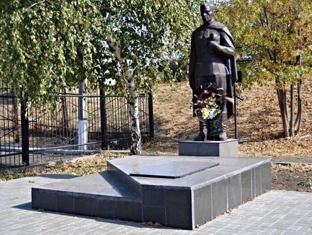 Более 80 человек наводили порядок на мемориале «Павшим воинам» в Шахтах