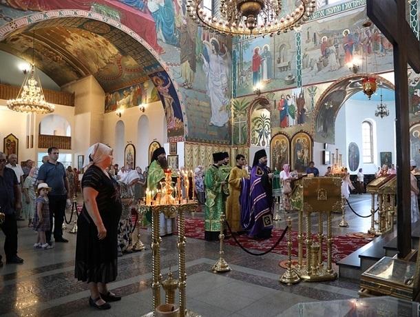 Концертом, праздничным богослужением и благотворительностью отметили в Шахтах День семьи, любви и верности